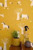 Kinderkamer-behang-paarden-mosterdgeel-Bora-Illustraties-kamer