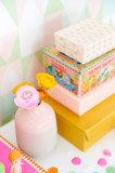 Kinderkamer-behang-Majvillan-Alice-Candy-close-up