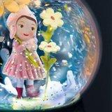 Djeco-nachtlampje-sneeuwbol-lief-meisje-aan