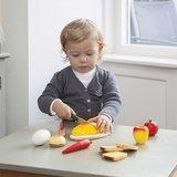 Houten-ontbijtset-snijset-New-Classic-Toys-met-kind